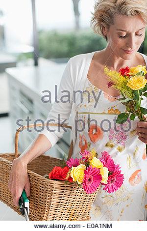 Coppia donna con cesto di fiori Foto Stock