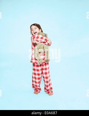 Ragazza abbracciando Teddy bear Foto Stock