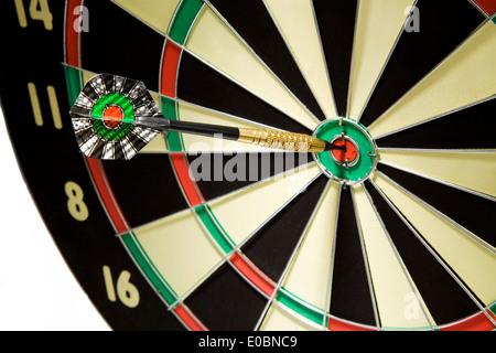 Una freccia giocare con un dardo lui ha colpito nel segno., Ein Pfeilspiel Mit einem Wurfpfeil der ins Schwarze Foto Stock
