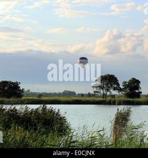 Mongolfiera in volo su un lago nel nord dei Paesi Bassi durante il periodo estivo