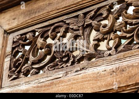 Immagine ravvicinata di alcuni intricati disegni floreali incisioni su di un pannello di legno Foto Stock