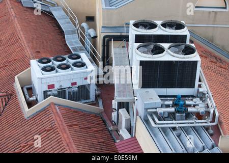 I sistemi dell'aria condizionata sulla copertura di un edificio. Foto Stock