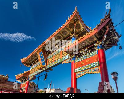 Gate di interesse armonioso in Chinatown al tramonto, Victoria, Isola di Vancouver, British Columbia, Canada Foto Stock