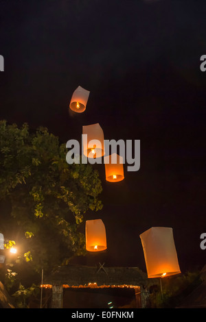 Rilascio di lanterne del cielo durante un festival di luce, Chiang Mai, Thailandia Foto Stock