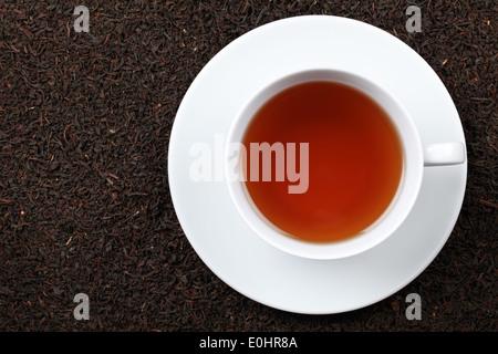 Il tè nero in una tazza con un sacco di spazio di copia Foto Stock