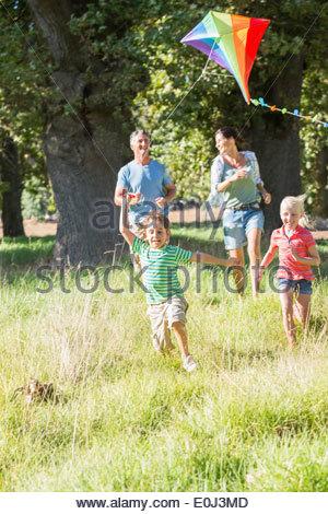 Famiglia aquilone volante in vacanza in campagna Foto Stock