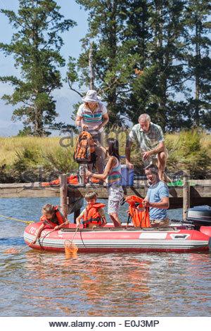 Famiglia Multi-Generation godendo gita in barca sul lago Foto Stock