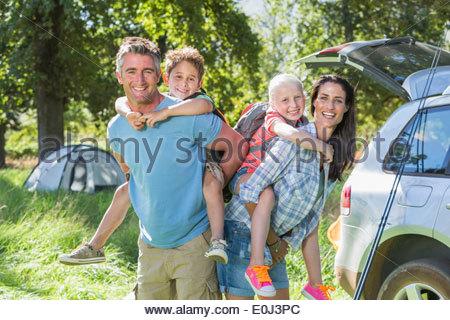 Famiglia aquilone volante camping vacanze in campagna Foto Stock