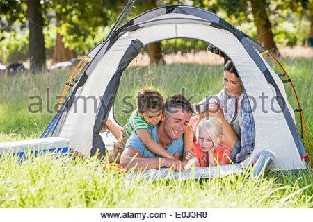 Famiglia godendo camping vacanze in campagna Foto Stock