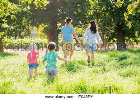 Famiglia godendo a piedi nella bellissima campagna Foto Stock