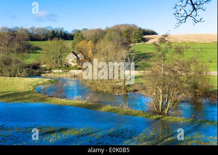 Allagato i campi come il Fiume Windrush scoppiare le sue banche dopo forti piogge vicino a Burford in Cotswolds, Foto Stock