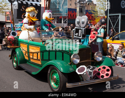 Donald Duck e Daisy anatra in stelle 'n' auto, Parade presso il Walt Disney Studios, Parigi Foto Stock