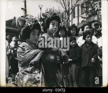 Jan 1, 1950 - Due piccoli Maiko (apprendisti geishe) durante la sfilata per Tokyo. Essi indossano accurati parrucche Foto Stock