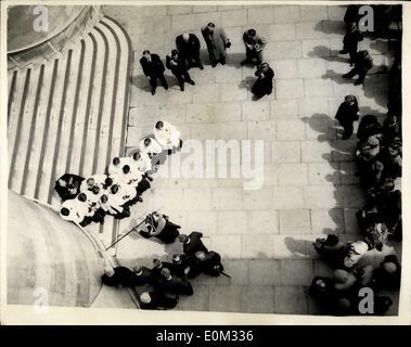 19 maggio 1953 - battendo i limiti del Savoy Liberty. Da Est a poppa del ponte di Waterloo. Il tradizionale besting Foto Stock