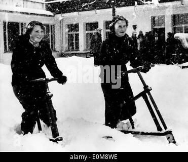 La principessa Beatrice e Irene giocare nella neve Foto Stock