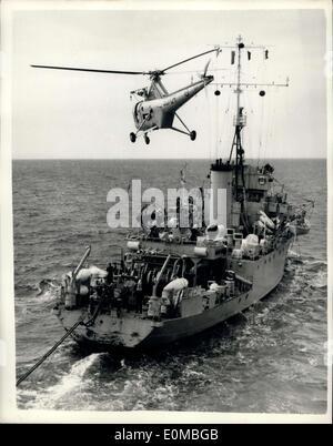 Lug. 22, 1954 - della Marina portalettere in volo in elicottero la Posta recapita alle navi in esercitazione Nato: Foto Stock