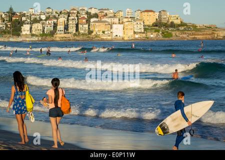 Sydney Australia NSW New South Wales Bondi Beach Pacific Ocean surf onde di sabbia del Nord pubblica Bondi rocce Foto Stock
