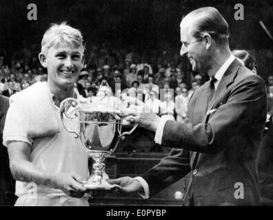 Il principe Filippo awards giocatore di tennis Lewis Hoad con trophy