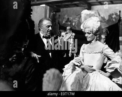 Federico Fellini sul set del film con Claudia Cardinale