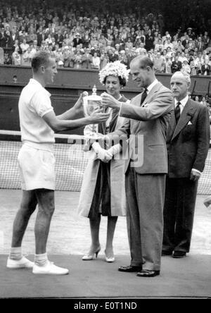 Il principe Filippo awards Neale Fraser con coppa di Wimbledon