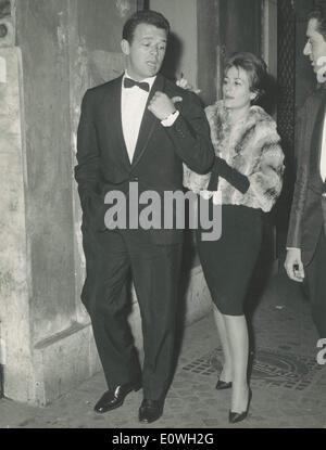 """Ottobre 06, 1962 - Roma, Italia - RENATO SALVATORI e sua moglie ANNIE GIRARDOT frequentare la premiere del film """"odoma e Gomorra''."""