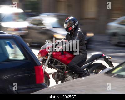 Il pendolarismo da motociclo sul Wetstraat nel centro della città di Bruxelles, Belgio Foto Stock
