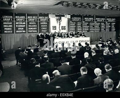 Gen 07, 1966 - World Cup Soccer disegnare - Il sorteggio per la Coppa del Mondo di calcio round finale, per essere Foto Stock