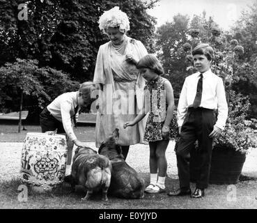La regina madre con i suoi nipoti Foto Stock