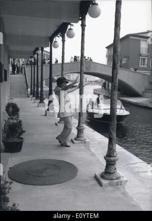 28 maggio 1971 - Un Miniature-Venezia costruito vicino a Saint Tropez al Cote D'azur: Questi holidday-maker non Foto Stock