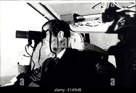 Apr. 17, 2012 - Apollo 11 Splashdown: presidente Richard Nixon segue Apollo 11 attività di recupero con il binocolo a bordo della USS Hornet, trova13 miglia dal veicolo spaziale di splashdown point.Il presidente ha portato la nazione nel saluto gli astronauti Neil A.Armstrong, Michael Collins e Edwin Aldrin, al completamento con successo del loro storico atterraggio lunare di missione. La loro navetta spaziale splashdown 900 miglia a sud ovest di Hawaii a 12,50 p.m. EDT Luglio, 1969 otto giorni dopo lo spazio i piloti sono stati lanciati da un Saturn V veicolo spaziale da Cape Kennedy Space Center. Foto Stock