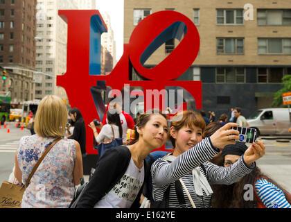 Manhattan, New York, Stati Uniti - 21 Maggio 2014 - ragazza diversi amici prendere Selfies foto con un telefono Foto Stock
