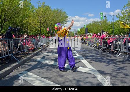 Religiosa ebraica vestito come un clown presso il Lag B Omer parade di  Crown Heights fd68ceda6ae