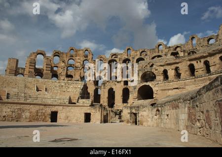 Vista interna dell'anfiteatro romano di El Djem in Tunisia. Costruito circa 238ad, è quasi la dimensione della Roma Foto Stock