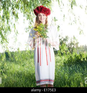 Giovane donna in posa tradizionale costume ucraino all'aperto Foto Stock