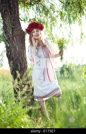 Ragazza emotiva nel tradizionale costume ucraino Foto Stock