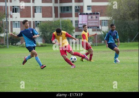 Junior football giocatori in lotta per la sfera, Cape Town, Sud Africa Foto Stock