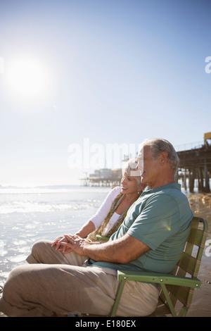 Coppia senior relax nel prato sdraio sulla spiaggia Foto Stock