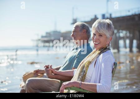 Ritratto di coppia senior relax nel prato sdraio sulla spiaggia Foto Stock
