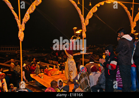 Ganga River,Il Gange,Ghats,Sera Aarti Salutations al fiume,lampade ad olio, campane,chants,Varanasi,Benares,Uttar Foto Stock