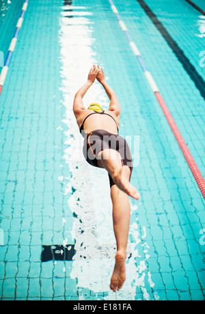 Nuotatore tuffarsi in piscina Foto Stock