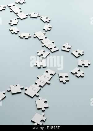 Il collegamento di pezzi di puzzle Foto Stock