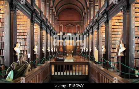Irlanda, Dublino Trinity College, antica biblioteca, la sala lunga, Foto Stock