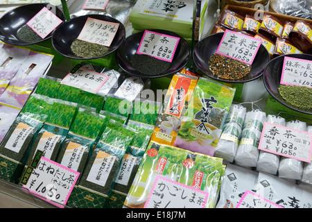 Tè giapponese Genmaicha, Ryokucha, Sencha sul display del negozio. Tokyo, Giappone. Foto Stock