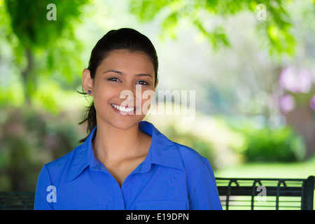 Donna sorridente in posizione di parcheggio Foto Stock