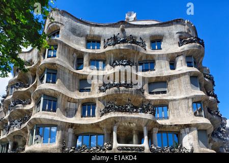 Basso angolo vista di una facciata di edificio, Casa Mila (La Pedrerea), Barcellona, in Catalogna, Spagna Foto Stock