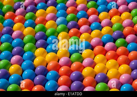 Le sfere colorate sullo sfondo Foto Stock