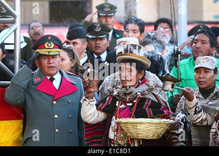 La Paz in Bolivia. Il 30 maggio 2014. Un generale dell esercito mentre saluta in piedi accanto a un Aymara leader Foto Stock