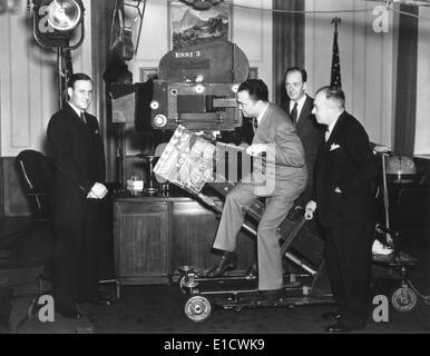 Direttore dell'FBI J. Edgar Hoover con una telecamera Cinegiornale presso gli Universal Studios. Clyde Tolson, Hoover Foto Stock