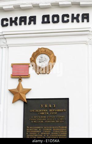 Città onore Board con Lenin Ordine & stella Gold Medal, Nakhimov Square, Sebastopoli, Crimea, Russia Foto Stock