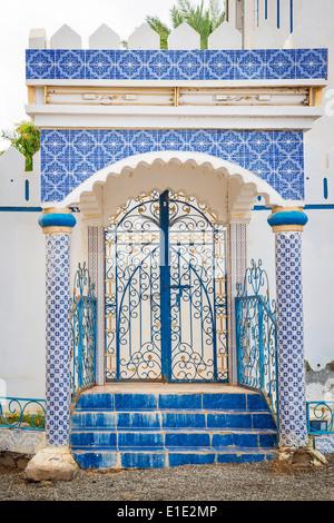 Edificio blu con tessere di mosaico in Oman Foto Stock